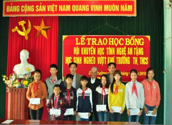 Hội Khuyến học Diễn Châu tổ chức trao quà của Hội khuyến học Nghệ an.