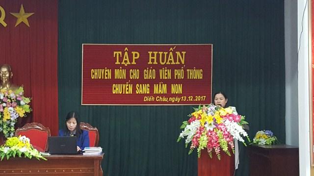 Cô giáo Nguyễn Thị Hương - Phó trưởng phòng Giáo dục và Đào tạo khai mạc lớp tập huấn